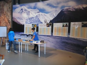 Hands-on demos of turbidity and dissolved oxygen measurements for visitors to the Discovery Centre (B. Peucker-Ehrenbrink)